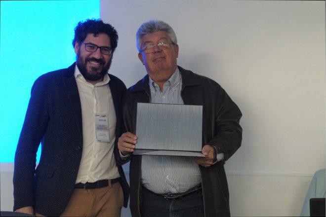 O presidente do Observatório Social de Uberlândia, Vladimir Rodrigues de Queiroz, recebe a placa do diretor-executivo da Transparência Brasil, Manoel Galdino.